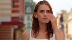 De zomerportret van jonge vrouwen die een gang hebben stock videobeelden