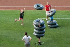 De zomerpret bij een honkbalspel met band die ballons kijken Stock Foto's