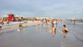 De zomerpret op Siësta Zeer belangrijk Strand in Florida Stock Afbeeldingen