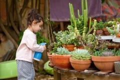 De zomerpret: Weinig Mooie Meisje het Water geven Tuin royalty-vrije stock afbeeldingen