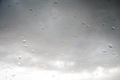 De zomerregen door het venster Royalty-vrije Stock Afbeeldingen