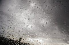De zomerregen door het venster Royalty-vrije Stock Afbeelding