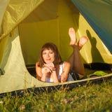 De zomerreis - jonge vrouw dichtbij de tent Stock Afbeelding