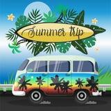 De zomerreis op een grote geschilderde minibus vectorvlieger royalty-vrije illustratie