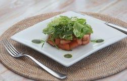De zomersalade met ruccola en tomaten royalty-vrije stock afbeelding