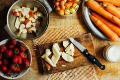 De zomersalade met verse huis-natuurlijke vruchten en groenten prep royalty-vrije stock foto