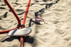 De zomerschoenen van het jonge geitje in het zand Royalty-vrije Stock Afbeelding