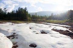 De zomersneeuw in noordelijk de rivierbed van Mongolië royalty-vrije stock foto's