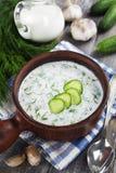 De zomersoep met komkommers, yoghurt en verse kruiden Royalty-vrije Stock Foto's