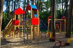 De zomerspeelplaats van kinderen bij openbaar park Royalty-vrije Stock Afbeeldingen