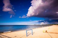 De zomersport Voetbal of voetbalpoort op zandig strand stock fotografie
