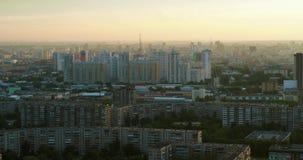 De zomerstad bij zonsondergang stock footage
