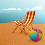 De zomerstrand met deckchair en bal Stock Foto
