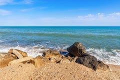 De zomerstrand op overzees met azuurblauw water royalty-vrije stock fotografie