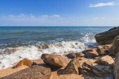 De zomerstrand op overzees met azuurblauw water royalty-vrije stock afbeelding