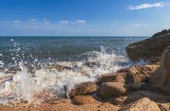 De zomerstrand op overzees met azuurblauw water royalty-vrije stock foto's