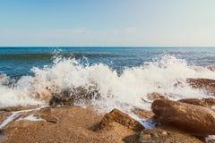 De zomerstrand op overzees met azuurblauw water stock afbeelding