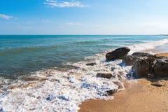 De zomerstrand op overzees met azuurblauw water royalty-vrije stock foto