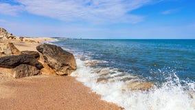 De zomerstrand op overzees met azuurblauw water stock foto