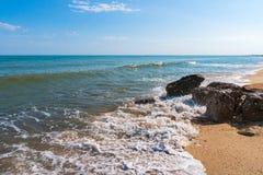De zomerstrand op overzees met azuurblauw water stock afbeeldingen