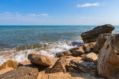De zomerstrand op overzees met azuurblauw water stock fotografie