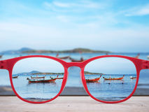 De zomerstrand in rode glazenlenzen die wordt geconcentreerd royalty-vrije stock afbeeldingen