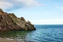De zomerstrand, rotsen, Budva, Montenegro Stock Fotografie