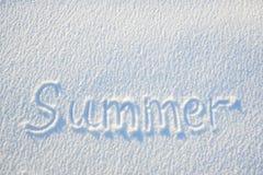 De zomertekst op sneeuw voor textuur of achtergrond wordt geschreven - het concept dat van de de wintervakantie De zonnige dag, h stock afbeeldingen