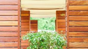 De zomerterras in een koffie die van hout wordt gemaakt stock afbeelding