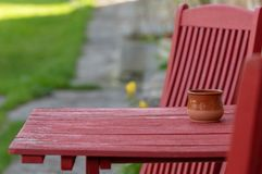 De zomerterras, lijst en stoelen royalty-vrije stock fotografie