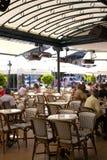 De zomerterras van Cafe DE Pari met rieten meubilair Royalty-vrije Stock Foto