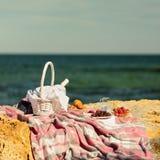 De zomertijd bij het overzees Romantische picknick op het strand - wijn, streptokok Stock Foto