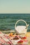 De zomertijd bij het overzees Romantische picknick op het strand - wijn, streptokok Royalty-vrije Stock Afbeelding