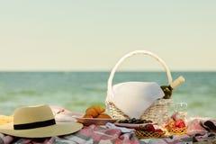 De zomertijd bij het overzees Romantische picknick op het strand - wijn, streptokok Royalty-vrije Stock Foto's