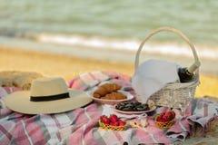 De zomertijd bij het overzees Romantische picknick op het strand - wijn, streptokok Stock Foto's
