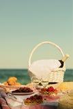 De zomertijd bij het overzees Romantische picknick op het strand - wijn, streptokok Royalty-vrije Stock Afbeeldingen