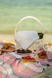 De zomertijd bij het overzees Romantische picknick op het strand - wijn, streptokok Stock Fotografie