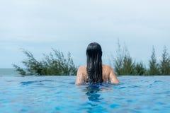 De zomertijd en Vakanties Vrouwenlevensstijl die en gelukkig in luxe zwembad sunbath, de zomerdag bij de strandtoevlucht ontspann royalty-vrije stock fotografie