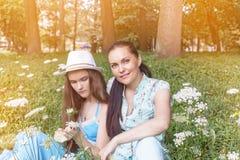 De zomertijd, Mamma, dochter, gang, familie, tiener, aard stock afbeelding