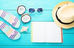 De zomertoebehoren en notitieboekje met exemplaarruimte op blauwe houten achtergrond Hoogste mening Stock Afbeelding