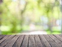 De zomertuin en houten planken stock afbeelding