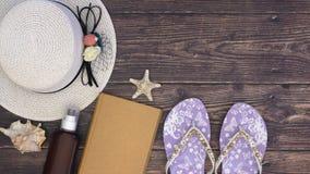 De zomeruitrusting en toebehoren voor vrouwen op de houten achtergrond - houd motie tegen stock videobeelden