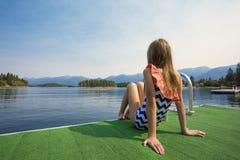 De zomervakantie bij een mooi bergmeer stock afbeelding