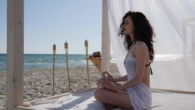 De zomervakantie, diep ademmeisje die op kustoceaan, vrouw aan strand, vrouwen mediteren die yoga doen aan dijk,