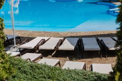 De zomervakantie door de pool met een opblaasbaar stuk speelgoed Stock Afbeeldingen