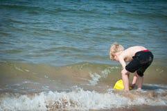 De zomervakantie en het hebben van pret bij het strand Royalty-vrije Stock Foto
