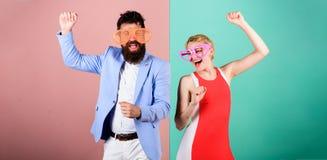 De zomervakantie en manier Frienship van de gelukkige mens en vrouw H royalty-vrije stock foto's