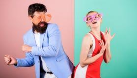 De zomervakantie en manier Frienship van de gelukkige mens en vrouw H royalty-vrije stock afbeelding