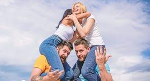 De zomervakantie en pret Paren op dubbele datum Het uitnodigen van een ander paar om toe te treden Vriendschap van families Tweem royalty-vrije stock afbeelding