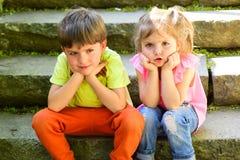 De zomervakantie en vakantie paar van kleine kinderen Jongen en meisje Kinderjaren eerste liefde beste vrienden, vriendschap en royalty-vrije stock foto's